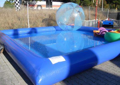 Pool mit Wasserlaufbällen